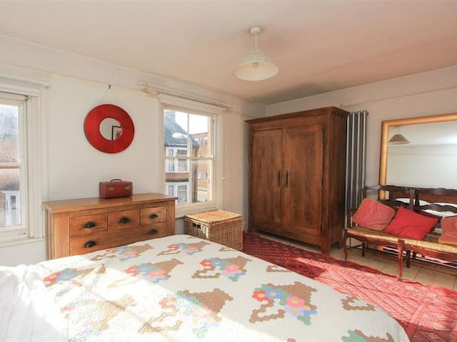 Studio room & private bathroom very near Harbour .