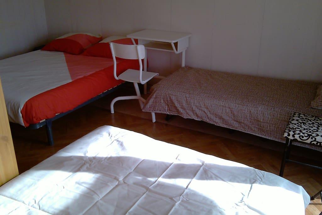 """Chambre du Lac """"Palais des Sports"""": 3 lits dont 1 double, tablette de travail"""