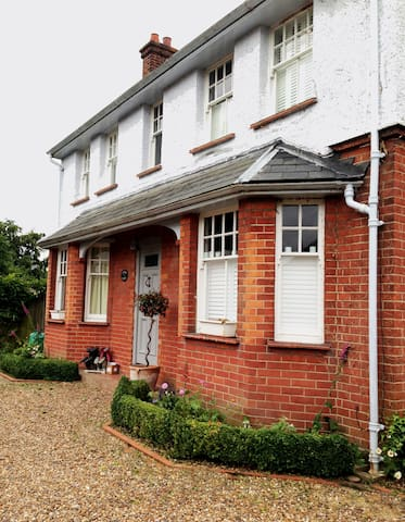 4 Bedroom Surrey Country House, 30mins from London