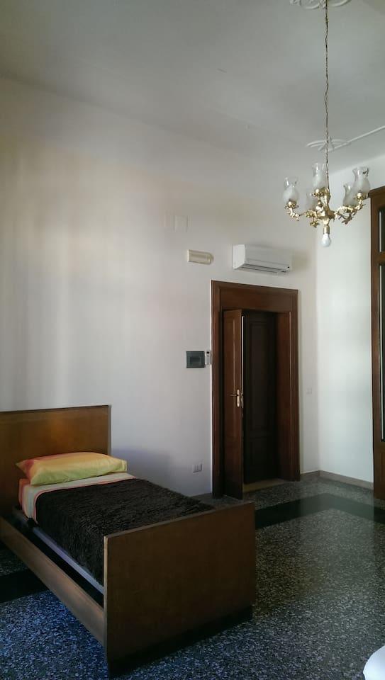Camera matrimoniale con balcone e terrazzo