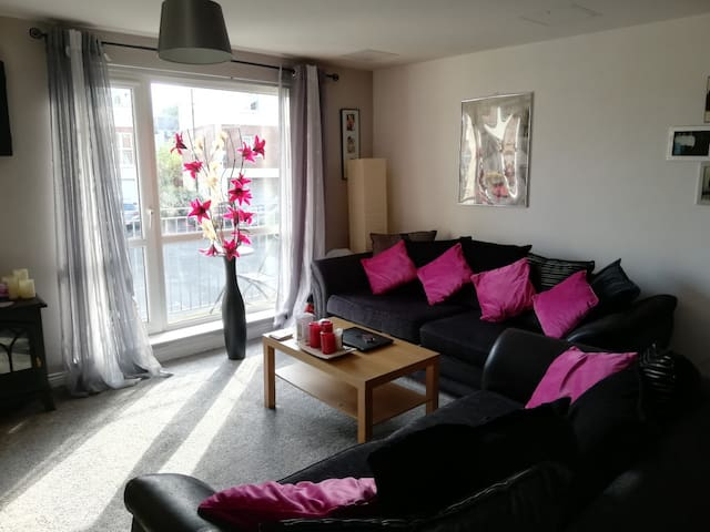 5 mins from seafront & train stn. 1 min from shops
