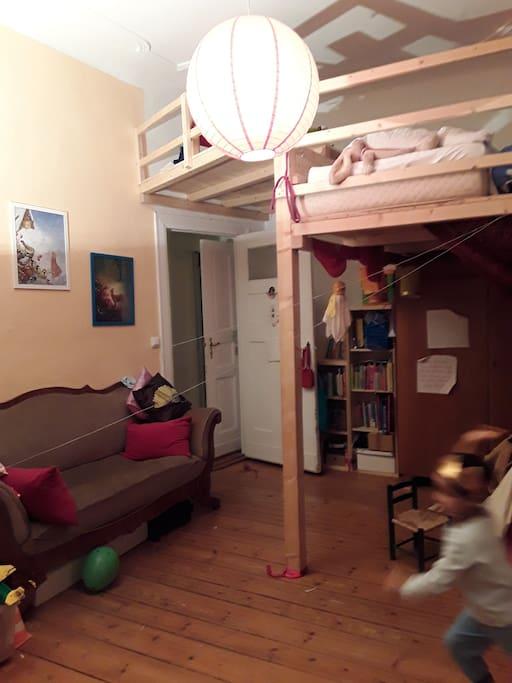 Helles Zimmer mit Hochetage
