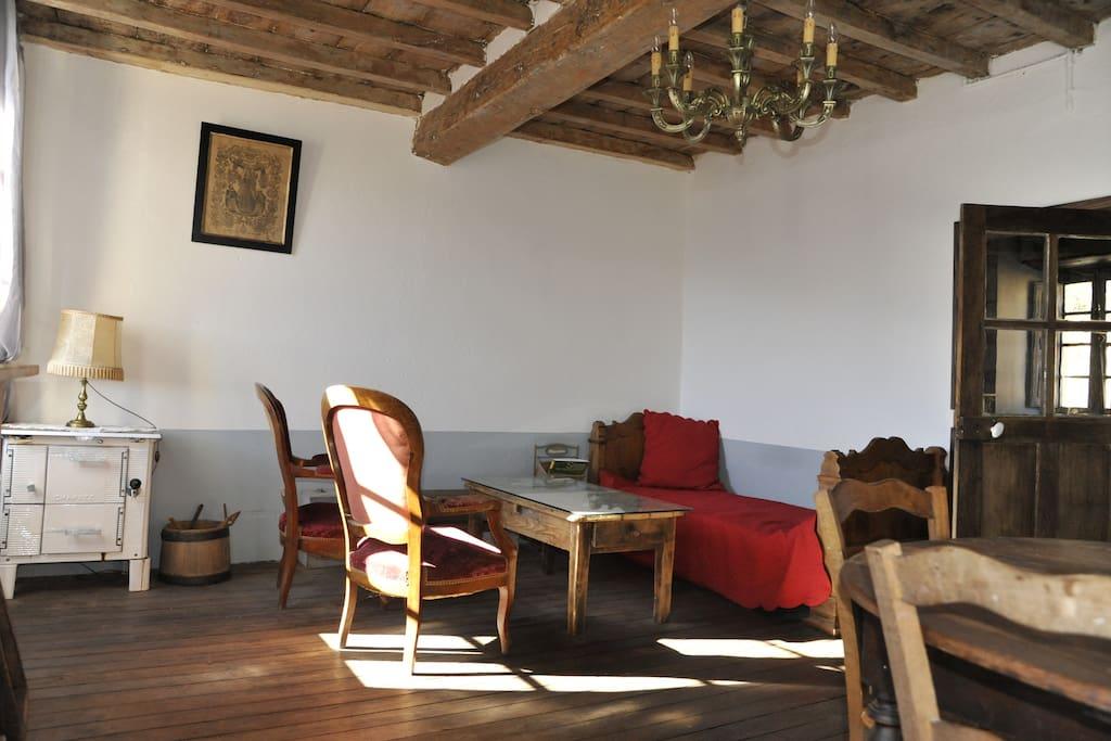 Le salon avec un petit lit une place au 1er niveau