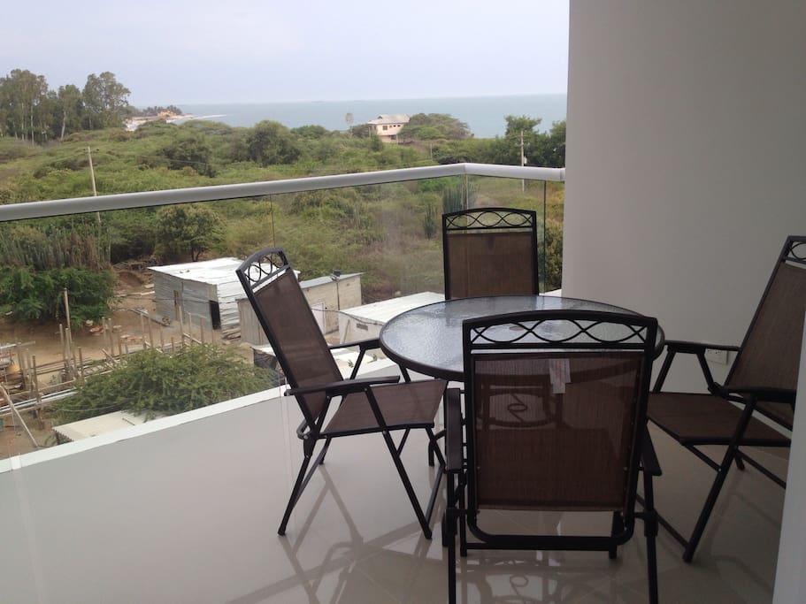Terraza con comedor y hamaca con vista al mar