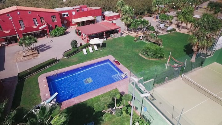 Villa con pádel, piscina y volley playa