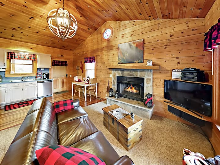 Dove's Nest - Charming Cabin w/ Deck & Hot Tub