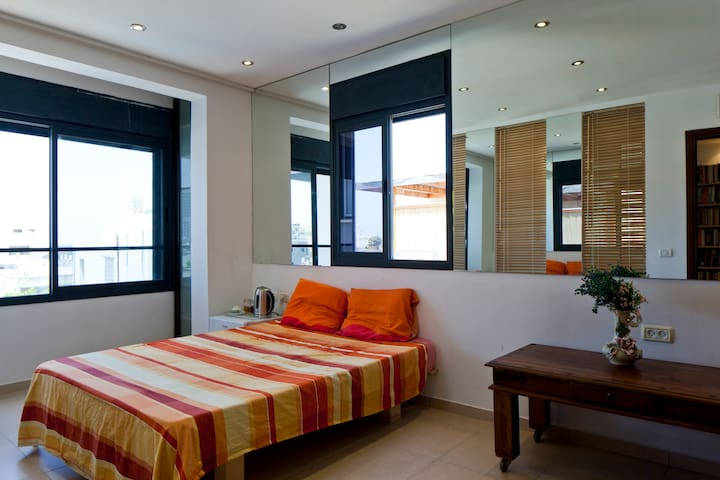 Sea-view Dizengoff duplex (shared) +SIM +Bus card