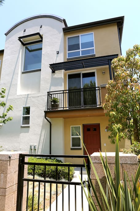 Large 2 bedrooms townhouse by lax townhouses for rent - Bedrooms for rent in los angeles ...