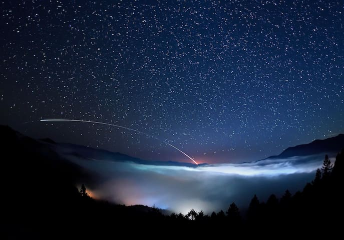Sea of cloud.  Starry sky.  night view of Kuma.