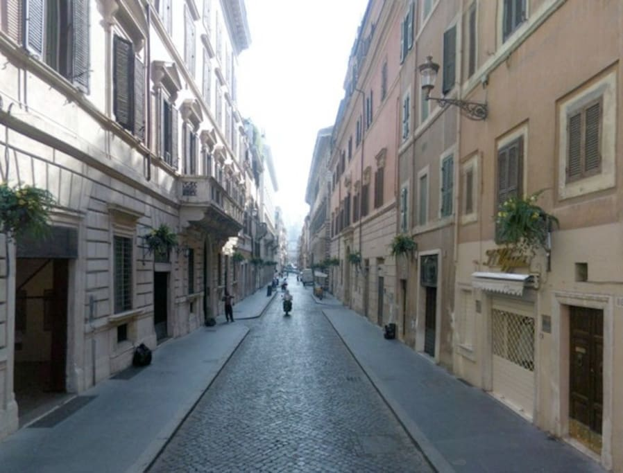 Via della Fontanella di Borghese in the morning