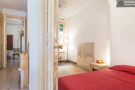 Room in Yogi Apt in heart of BCN !