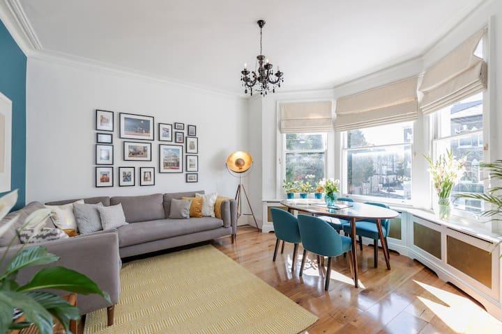 Big room + priv bath in a stylish Kensington flat