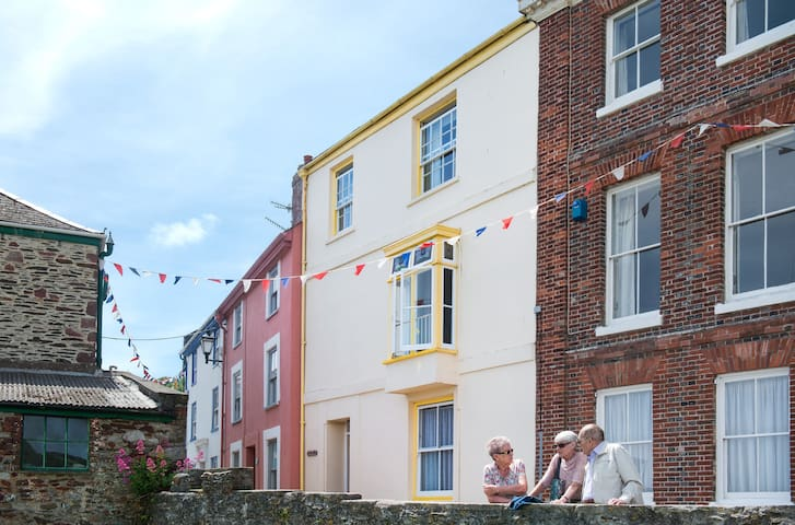 Beautiful Cawsand cottage with sea views