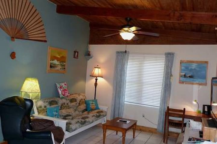 Cozy 2 bedroom house 1.5  blks to beach-pet ok
