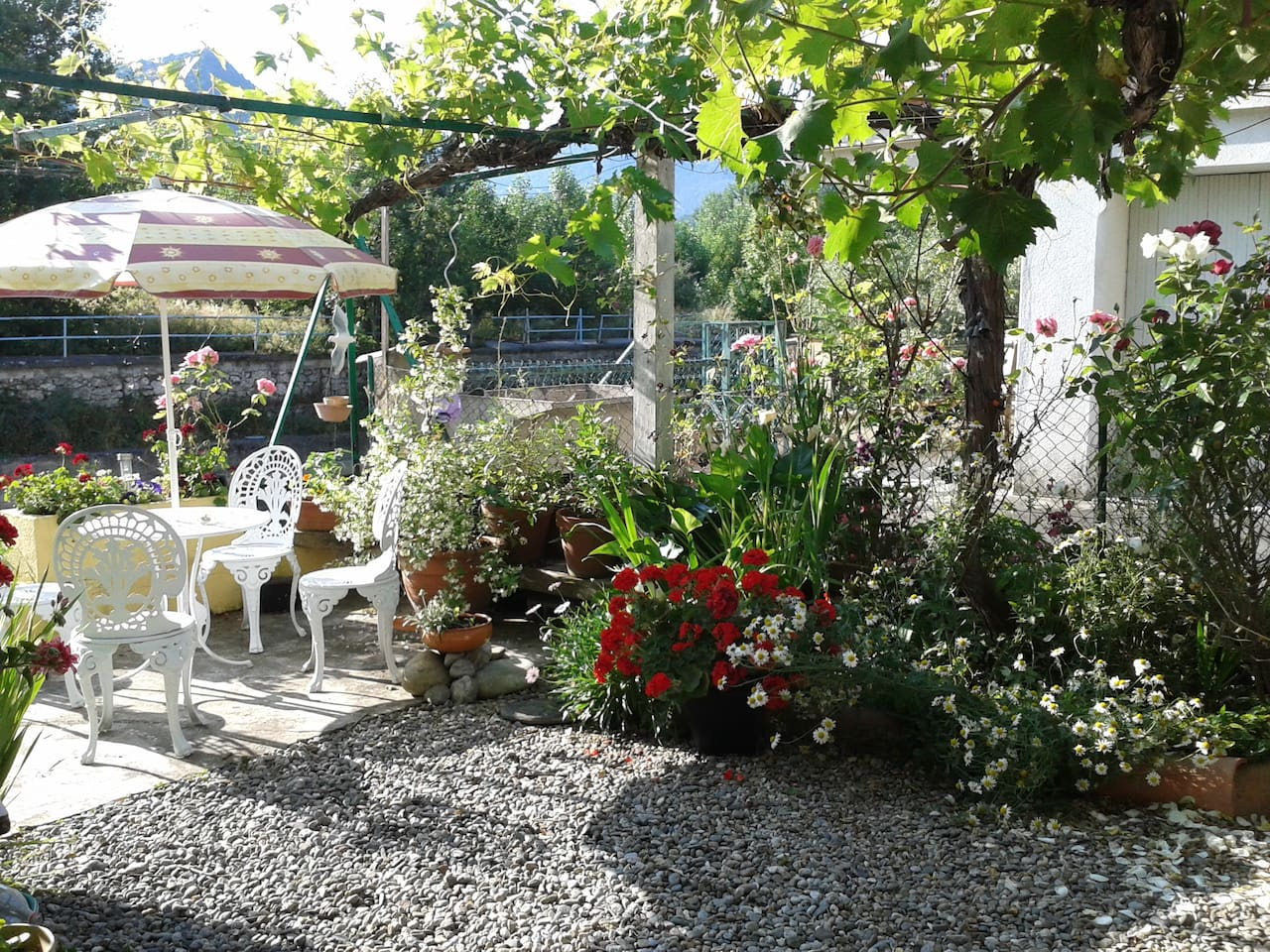 Relax and watch the river flow by in this pretty garden!