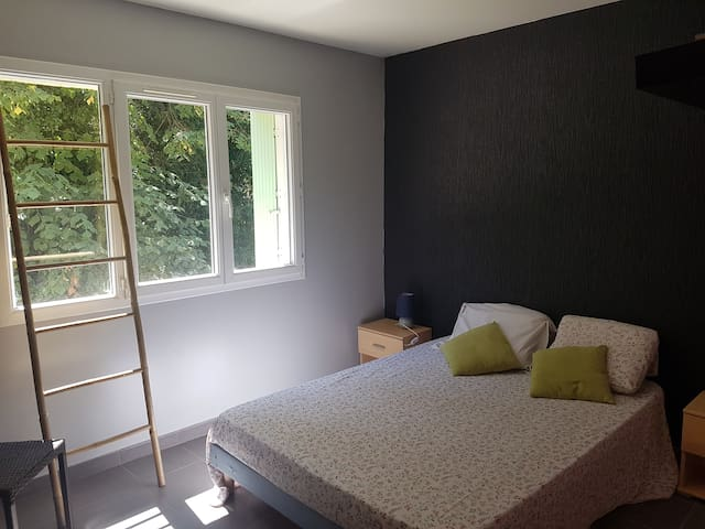 Chambre double dans maison dans la Garrigue