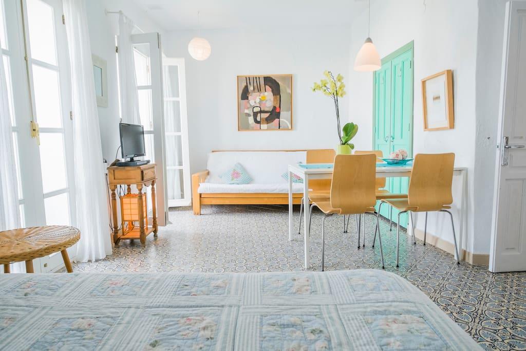 Livingroom and bedroom all in one space / Sala de estar y dormitorio todo en un solo espacio / Stue og soveværelse ud i et