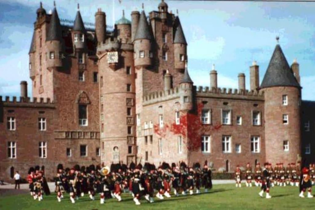 Pipe band outside nearby Glamis Castle