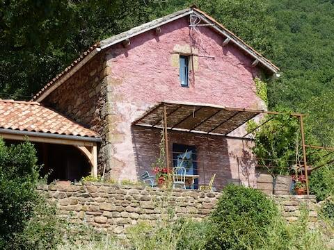 Maison suspendue dans le paysage