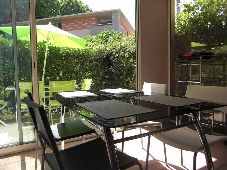 Terrasse et véranda vous offriront des moments de détente privilégiés...