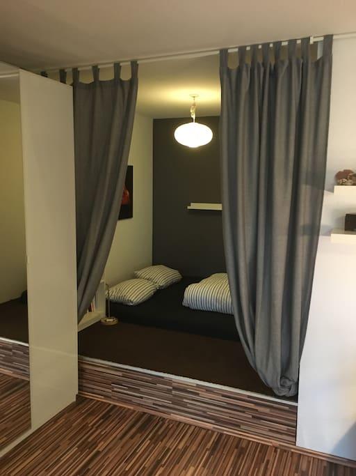 Gemütliches Doppelbett in der kuscheligen Schlafniesche mit Memoryschaum-Matratze (1,60m x 2,00m)