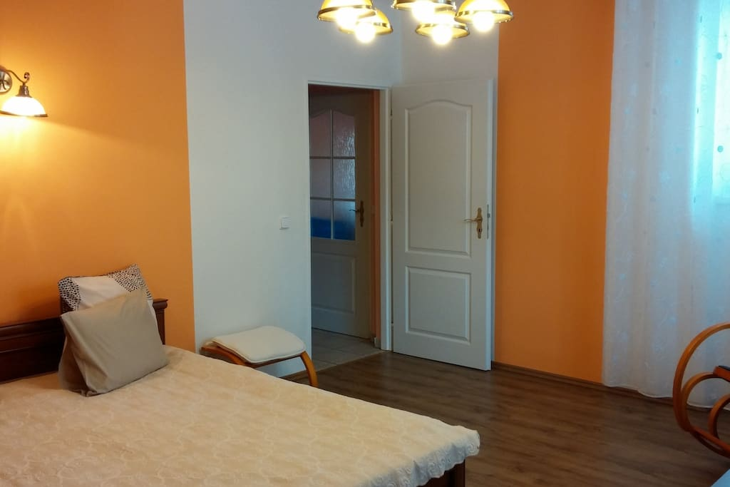 Комната с супружеской кроватью и телевизором