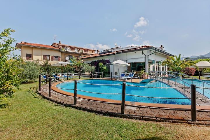 Landelijk appartement in Camaiore met een zwembad