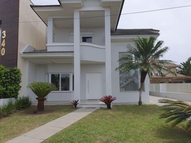 Maravilhosa casa em condomínio 3suites com infra.