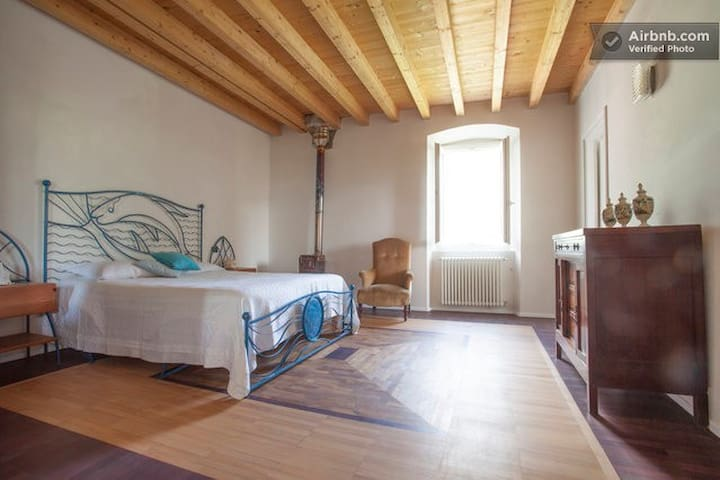 Double bedroom with mountains view - Toscolano Maderno - Huis