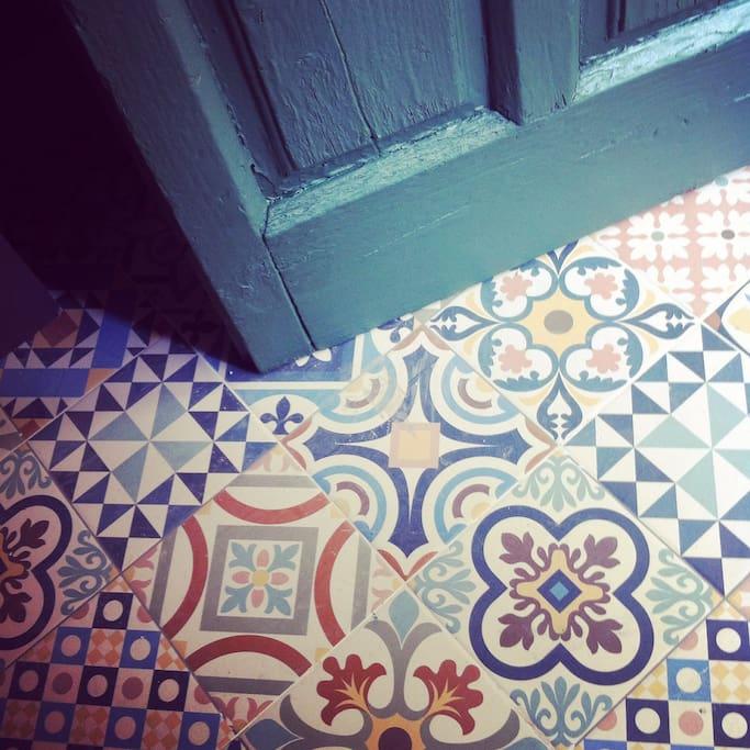 Entrada al apartamento. Detrás de una puerta sencilla de madera hay un espacio increíble