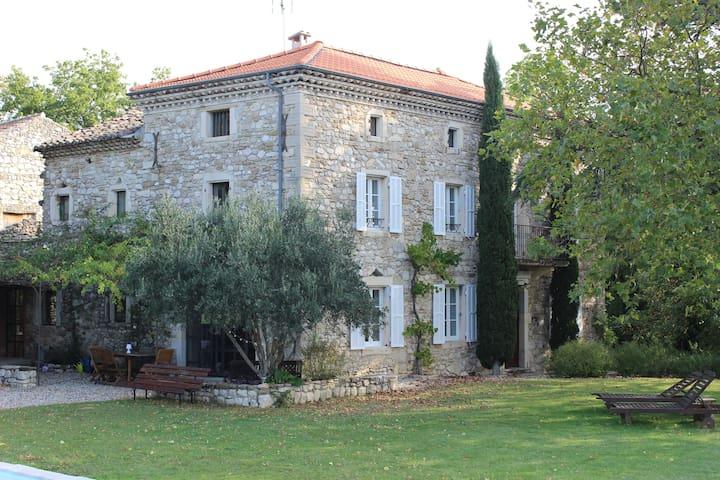 Bastide du 19ème siècle chambre indépendante