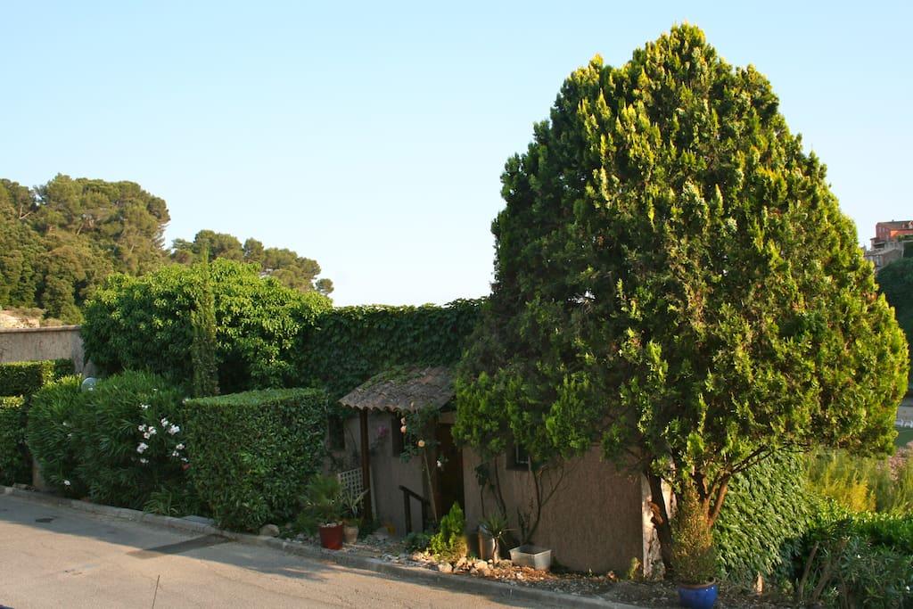 Provencal maisonette on a peaceful domaine.