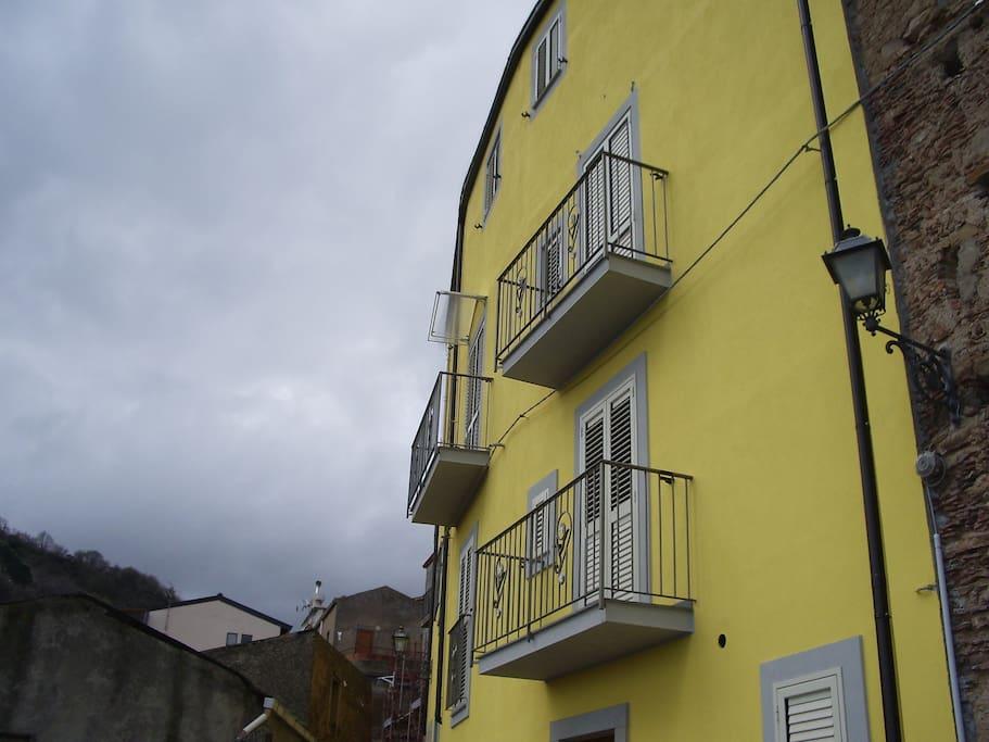 Facciata lato sud, i balconi al secondo piano sono in uso all'appartamento.