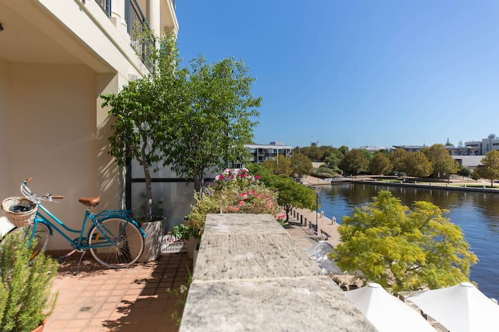Waterfront 2 bedroom apartment 10 mins from city - East Perth - Apartment