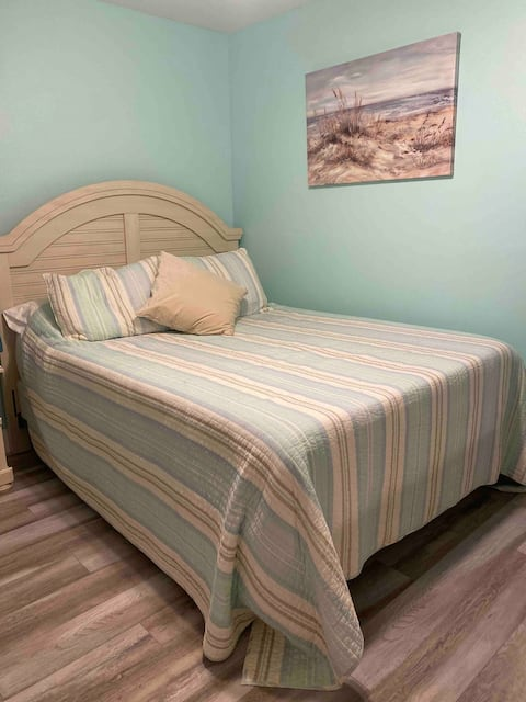 Minnie's Place - bright, beachy room for you!