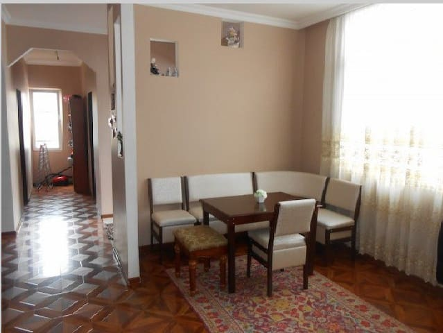 Дом находится в центре города - Батуми - Rumah