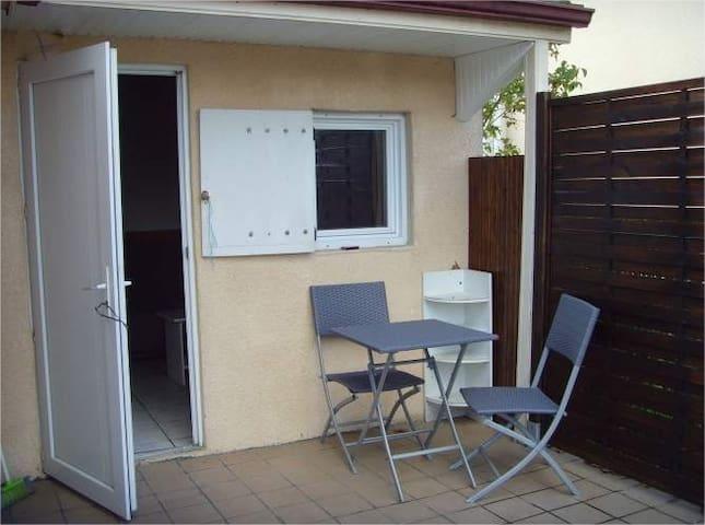 Studio indépendant avec terrasse et parking.