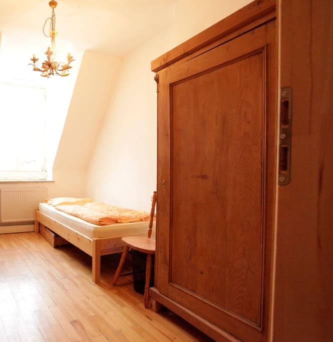 ein anderes Zimmer , kleiner