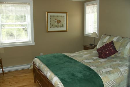 B&B Baie-St-Paul, queen size bed, private bathroom