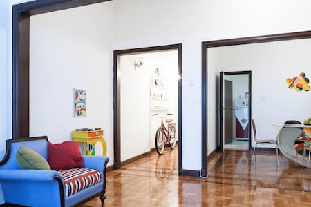 A fantastic 2 single beds room in a safe apartment with doorman in the heart of Copacana, only 3 blocks from the beach,300m from theMetro! streets full of bars, restaurants and supermarkets. The best location/wifi/spacious funky flat!!