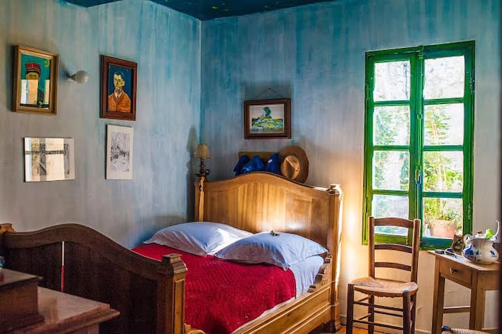 Van Gogh room: sleep in a painting