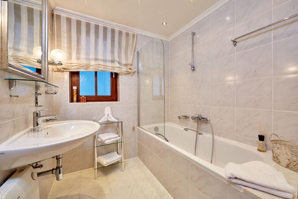 Modernes Tageslichtbad mit Badewanne im EG