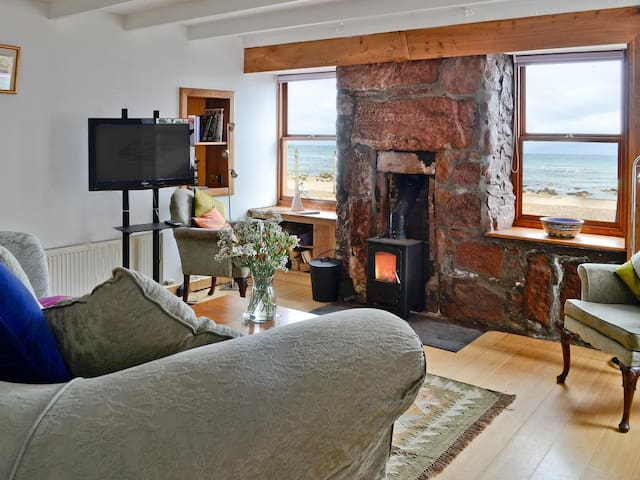 Stunning sea views . Wood burner. Pets welcome