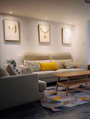 两室一厅复式楼,全屋家私电器,首次出租。有被褥及其他一次性用品等