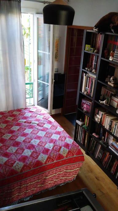 partie chambre & entrée SDB - bedroom part & bathroom entrance
