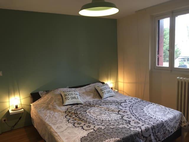 Chambre Vitrail, lit king size (180cm), peut être diviser en 2 lits une place. Possibilité d'ajouter un lit bébé gratuitement sur demande, n'hésitez pas! :) (douche individuelle)