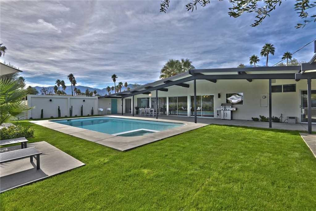 OVER BACKYARD TO POOL AND MOUNTAIN VIEW - THE AQUA HOUSE - PALM SPRINGS VACATION RENTAL POOL HOME
