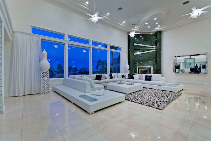 7BR Mansion w/ Pool & Breathtaking View of Strip - Las Vegas - Casa