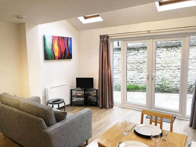 An ENTIRE 2bed + TV&WiFi - Florey Chain House