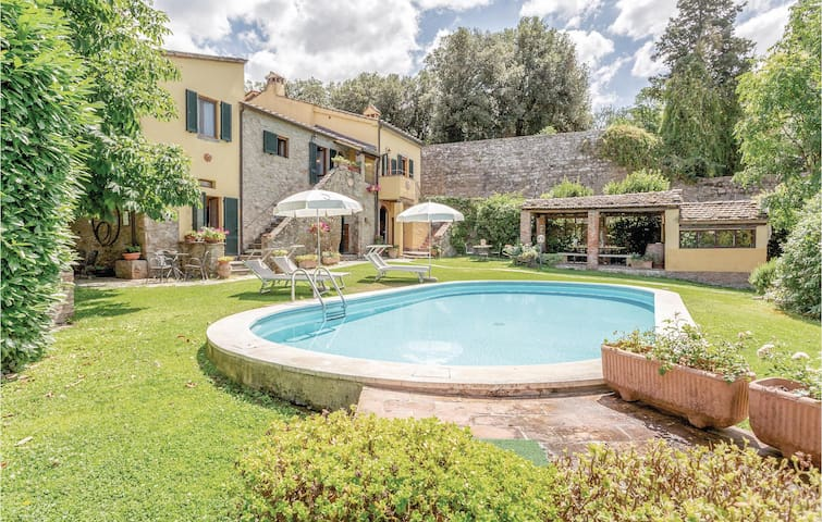 Semi-Detached with 6 bedrooms on 200m² in Cortona AR